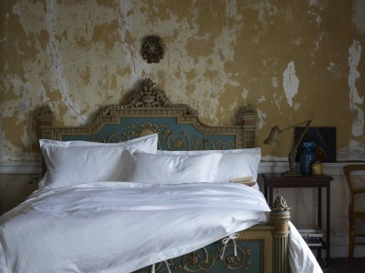 IMAGE 3 - White bedlinen with grand bed