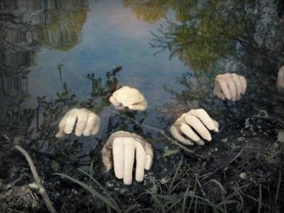 scary-Halloween-decoration-ideas-garden-decoration-fake-hands