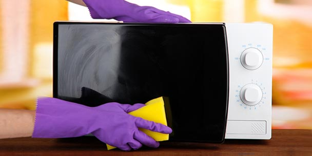 how to clean microwave with vinegar and sponge
