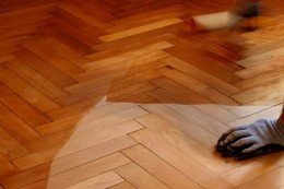 Source: http://www.diffen.com/difference/Hardwood_Floor_vs_Laminate_Floor